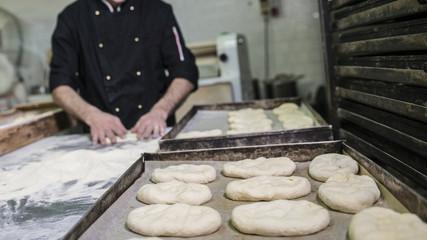 preparare la massa per il pane in un panifiio