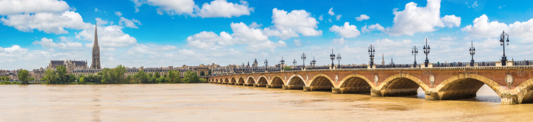 Fototapete - Old stony bridge in Bordeaux