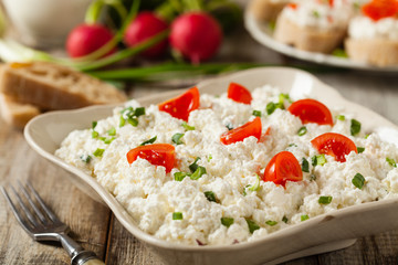 Fresh cottage cheese, served with fresh vegetables and cream.