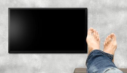 Man watching TV - Persona guarda la TV