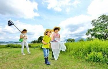 緑の高原で遊ぶファミリー
