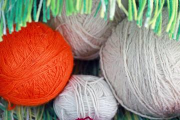 Мотки цветных шерстяных ниток