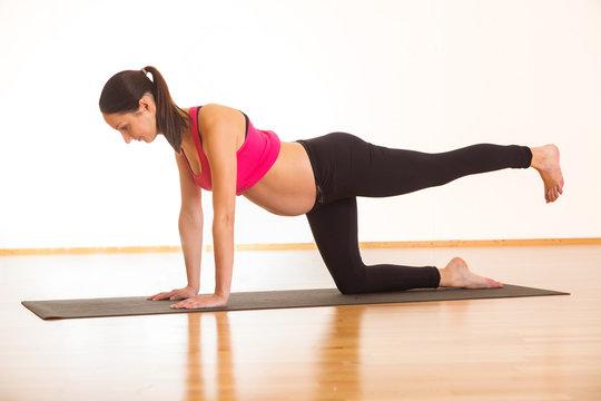 Schwangere junge Frau macht Workout