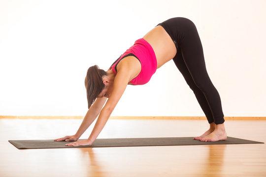 Scbwangere junge Frau macht Workout