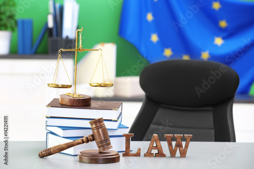 Judge gavel with scales and books on table photo libre for Sur la table food scale