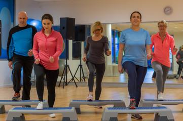 fitnesskurs mit dem stepper