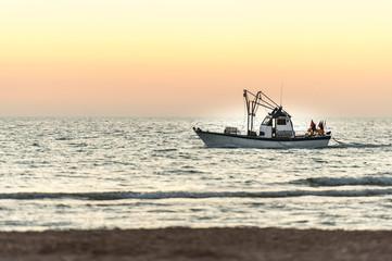 Schiff vor Sonnenaufgang