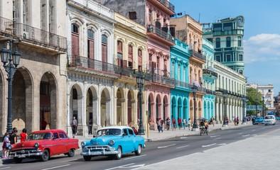 """Poster de jardin Havana Hauptstraße in Havanna """"Calle Paseo de Marti"""" mit alten restaurierten Häuserfronten und Oldtimer auf der Straße"""