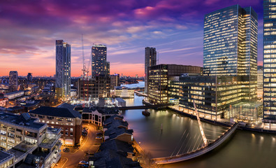 Canary Wharf und die Docklands in London nach Sonnenuntergang