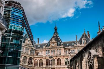 Reflet dans un immeuble du Palais de la Bourse de Lyon