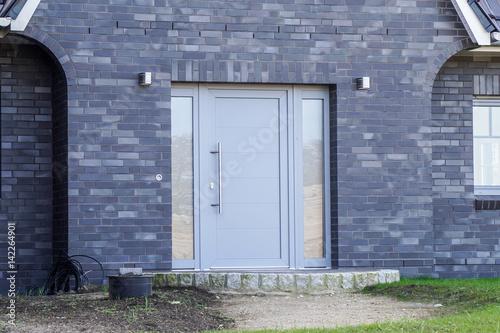 Graue Haustür quot graue haustür eines hauses quot stockfotos und lizenzfreie bilder auf fotolia com bild 142264901