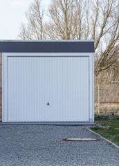 Garage mit einem weißen Tor