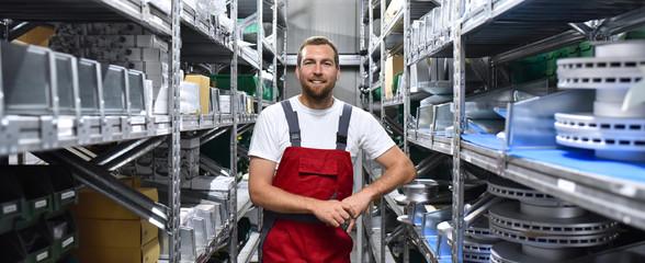 Mitarbeiter in Arbeitskleidung in einem Warenlager im Handel // Employees in work clothes in a warehouse in the trade