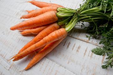 Karotten auf weißem Holzbrett
