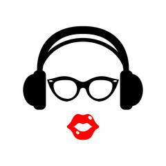 Icono plano auriculares con gafas negras y labios rojos en fondo blanco