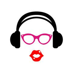 Icono plano auriculares con gafas rosas y labios rojos en fondo blanco