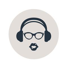 Icono plano auriculares con gafas y labios en circulo gris