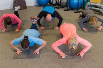 gruppe macht liegestütze im fitnesskurs