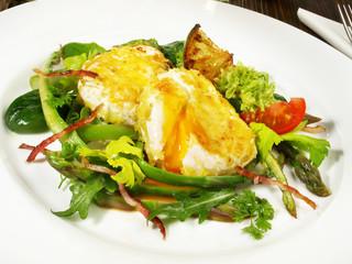 Verlorene Eier auf Spargelsalat