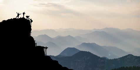 Wall Mural - dağ silsileleri & dağcıların  kaya tırmanış başarısı