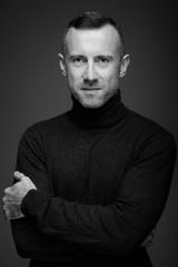 Obraz portret mężczyzny w studio na ciemnym tle - fototapety do salonu