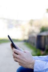 manos con la tableta digital o el ebook, closeup