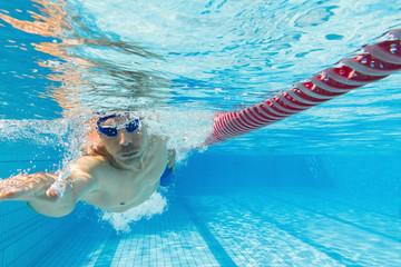 Kraulen Schwimmen unter Wasser