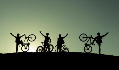 doğadaki bisikletçi ekibi
