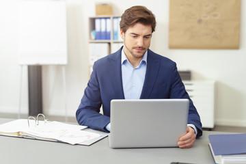 geschäftsmann arbeitet am laptop im büro