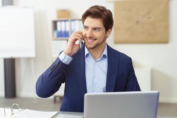 freundlicher kundenberater am telefon