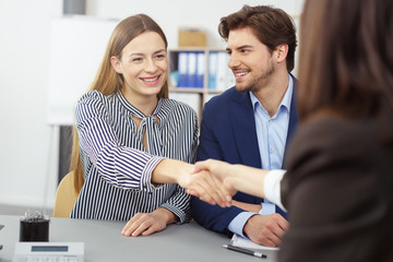 beraterin gibt einer junge frau die hand nach dem beratungsgespräch