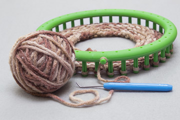 Process of knitting a scarf-snod from a soft thick Melange yarn semi-wool on a circular loom machine