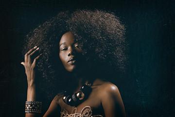 belle femme noire africaine glamour coiffure afro cheveux bouclés