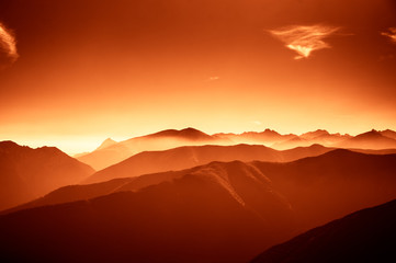 In de dag Rood traf. A beautiful, colorful, abstract mountain landscape in a red tonality. Decorative, artistic look.