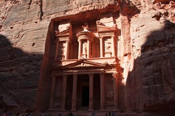 Giordania, 02/10/2013: la facciata di Al-Khazneh, il Tesoro, uno dei più famosi monumenti dell'antica città archeologica di Petra, costruito dai Nabatei e scavato nella parete rocciosa di arenaria