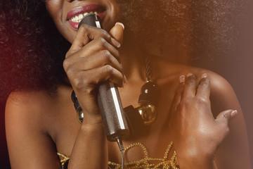 belle femme noire africaine glamour coiffure afro cheveux bouclés chantant dans micro vintage