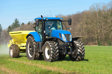 Traktor beim Düngen auf dem Feld - 6593