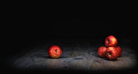 pomme rouge sur fond noir