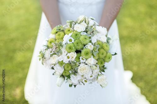 Bouquet Bianco E Verde Tenuto Da Una Sposa Con Sfondo Prato Inglese