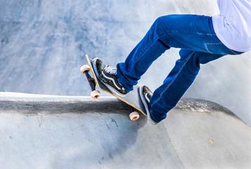 Skatista com seu skate.