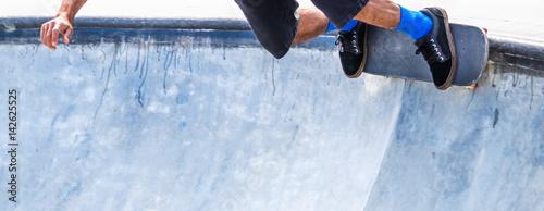 6a587701 Skatista com seu skate.