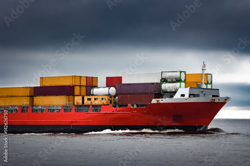 Red Cargo Container Ship 39 S Bow In Cloudy Day Photo Libre