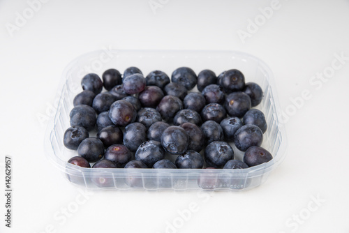blaubeeren in plastikverpackung stockfotos und. Black Bedroom Furniture Sets. Home Design Ideas