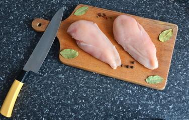kurczak na drewnianej desce z przyprawami