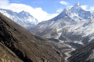Nepal mit seinen hohen Bergen und jede Menge Schnee