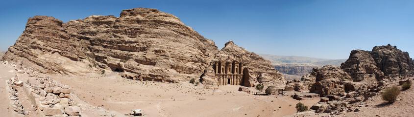 Sito archeologico di Petra, 02/10/2013: paesaggio desertico con vista del Monastero, conosciuto come Ad Deir o El Deir, il famoso monumento scavato nella roccia nell'antica città rosa dei Nabatei