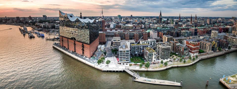 Luftaufnahme der Hafencity in Hamburg bei Sonnenuntergang