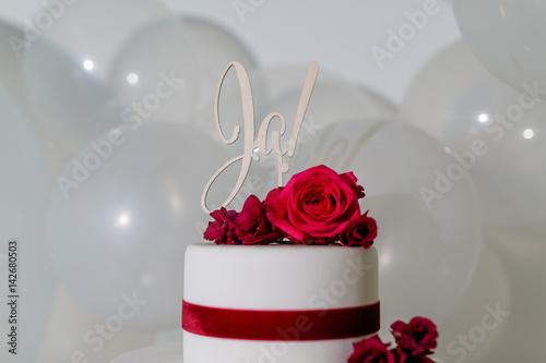 Hochzeitstorte Mit Ja Schild Und Frischen Roten Blumen Stock Photo