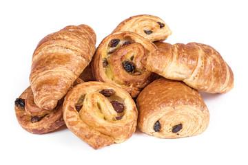 pains au chocolat et croissants sur fond blanc