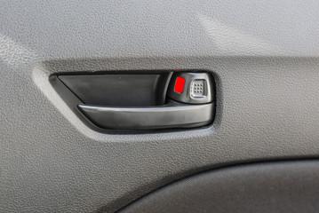Handle door opening in the vehicle
